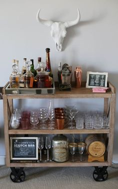 How to build your own home barI really like what Matt did for the back bar.Like DIY a bar cart for cheap onesMake a DIY bar cart in less than 1 hourDIY beverage station - Diy Bar Cart, Gold Bar Cart, Bar Cart Styling, Bar Cart Decor, Diy Home Bar, Home Bar Decor, Bars For Home, Style At Home, Canto Bar