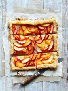 Zin om iets nieuws te proberen? Maak dan deze heerlijke, simpele perziktaart! Met citroensap, honing en een snufje zout. Eet smakelijk!