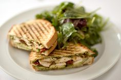 Estos deliciosos sandwiches de atún se preparan con una rica combinación de calabacín, queso ricotta y tomates deshidratados.