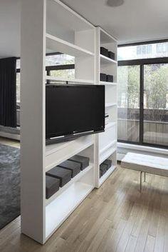 Wij zijn opzoek naar een vakman/vrouw die voor ons een roomdivider zou kunnen maken van +/- 240x150x30 cm (hxbxd) De roomdivider staat los in de ruimte en kan wegens vloerverwarming niet verankerd worden in de vloer. De wens is om de tv te laten draaien zodat je aan beide kanten van de kast tv kunt kijken. Snoeren en kabels dienen geheel weggewerkt te zijn in de kast. Onder in de divider moet een ruimte komen (over de gehele breedte van de kast) waar een gelhaard in geplaatst wordt...