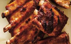 We show you how to properly trim ribs, removing the tough white membrane that can turn rubbery and chewy. Barbecue Ribs, Barbecue Sauce, Naan, Flan Dessert, Ricardo Recipe, Valeur Nutritive, Creamed Eggs, Spare Ribs, Rib Recipes