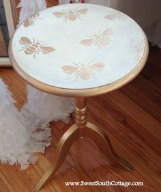 Painted with Chalk Paint® color Cream. Gilded with King Gold Gilding Wax, Royal Design Stencils used.