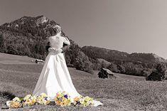 Der Einzug in die Kirche mit dem Brautvater das erste Mal wenn sich Braut und Bräutigam sehen der erste Kuss als Mann und Frau - das sind die einzigartig schönen Momente die sich einfach nicht wiederholen. Diese ganz besonderen Augenblicke halte ich für Euch in stilvollen und romantischen Bildern fest...  #weddingphotographer #weddingphotography #bride #bouquet #wedding #love #cute #kiss #romance #photooftheday #happy #mountains #beautiful #instagood #instalove #allgäu