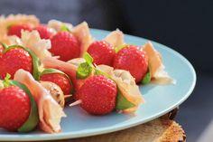 Een lekker hapje voor bij de borrel of BBQ deze gemarineerde mozzarella-aardbei prikkers, lees verder voor het volledige recept!