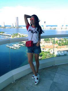 Look do Dia no calor de Miami! Estou usando: camiseta Fila, short Asos, tênis Gucci, bolsa Chanel.