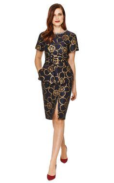 Marni. Diseñador suizo, tiene su cede en Milan (Italia). Conjunto de falda y chaqueta en jacquard de seda con flores bordadas en hilos dorados. La chaqueta lleva dos bolsillos escondidos en los costados de cadera, se ciñe con un cinturón.   44% algodón, 31% poliéster, 25% acetato.  sin forro