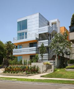 Franklin Avenue Condominiums by Clive Wilkinson Architects