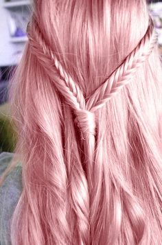 Be inspired by my gorgeous selection of 50 pastel pink hair photographs. Read the trends, tips and tricks in my fashion blog article.