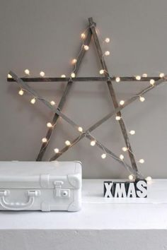 une étoile décorative décorée de guirlande lumineuse pour la fête de Noël