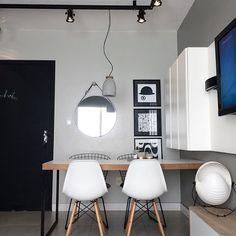 Apesar do ap ser mini, não abri mão do jantar, acho um dos ambientes mais importantes de um lar 💙☕️#home #decor #design #project #24metros #miniap #jantar #eames