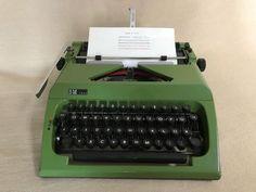 Tragbare Schreibmaschine derMarke Sigma, Modell «SM 1000»,Seriennummer 6671674 um 1981, Volkseigener Betrieb Robotron--Zentronik Schreibmaschinenwerk Dresden, DDR.Die Schreibmaschine ist gereinigt, geölt und getestet, funktioniertreibungslos und befindet sich in einem gepflegten gebrauchtenZustand mit altersbedingten Gebrauchsspuren. Reinigungszubehör,Original-Koffer und Farbband sind mit dabei. Ein Sammelstück!Maße mit Koffer ca. 38,0 cm x 38,0 cm x 14,0 cmGewicht ca. 7,5 kg