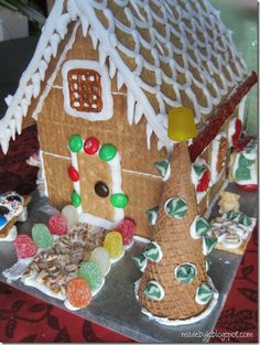 graham cracker ginger bread houses that won't fall apart; making ginger bread house with my kids ( in the future) Grahm Cracker Gingerbread House, Graham Cracker House, Gingerbread House Parties, Christmas Gingerbread House, Gingerbread Houses, Gingerbread Decorations, Christmas Goodies, Christmas Treats, Christmas Baking