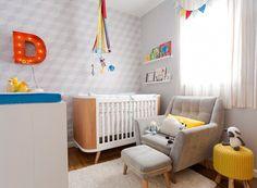 O quarto tem cores neutras em sua base, com leves toques de cor em alguns detalhes (Foto: Mariana Lima/Divulgação)