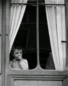 """Paul Strand - Child at a window - 1950 """"Mira las cosas a tu alrededor, el mundo inmediato a tu alrededor. Si estás vivo, significará algo para ti, y si te importa lo suficiente la fotografía, y si sabes cómo usarla, querrás fotografiar ese significado. Si dejas que la visión de otras personas se interponga entre el mundo y la tuya propia, conseguirás esa cosa muy común y sin valor, una fotografía pictórica."""" – Paul Strand"""