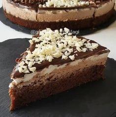 En kolayından çikolatalı pasta  Kakaolu keki sütle ıslatıp yumuşatıyoruz üzerinde labneli krem şanti yarısı sade yarısı çikolatalı ve ..