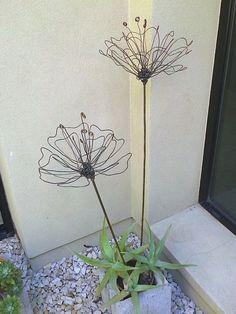 tutor para macetas o adorno de jardín, hecho con hierro de obra y alambre recuperado: