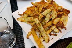 Op zoek naar de lekkerste gerechten stuitten we op dit heerlijk ogende recept voor Italiaanse frietjes van de blog Shutterbean. Door de toevoeging van boter en Pecorino Romano-kaas alles behalve gezond, maar juist daardoor só good!Lekker met een groene salade en stukje vlees. Verwarm je oven voor op 200 graden. Schil de aardappels en snijd […]