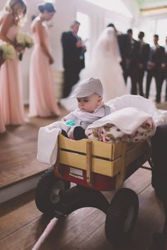 Si tu pequeño pajecito aún no puede caminar, te encantará esta idea para que pueda llegar hasta el altar. #Wedding #Ideas #Fun