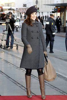 http://www.billedbladet.dk/kongelige/danmark/19-flotte-frakker-kronprinsesse-marys-stilede-efteraarslook