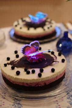 Valoa perhosista - Tuulia - Brownipohja, mustaherukkaa, vaniljaa  Aina on aihetta leipoa kakku -kilpailun satoa 15.4. - 16.6.2014 https://www.facebook.com/leivojakoristele