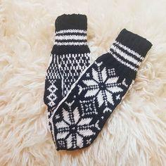 """1 likerklikk, 0 kommentarer – Kaja Kværner (@kajaelisabeth) på Instagram: """"#selbuvotter strikket på bestilling 🤩  #sandnesgarn #SISU"""" Gloves, Socks, Winter, Projects, Fashion, Threading, Winter Time, Log Projects, Moda"""
