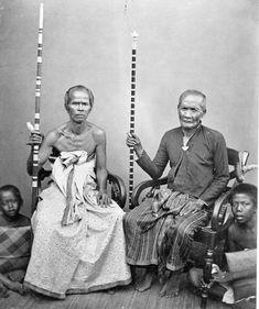 COLLECTIE TROPENMUSEUM Twee pedanda's Brahmaanse priesters uit Boleleng Bali. TMnr 60002153.jpg