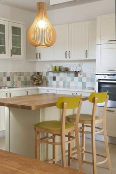 שמחה וחמימה: דירה מעוצבת במודיעין | בניין ודיור (רועי) שירותים ומטבח יפים