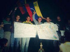 Liberados esta noche los estudiantes detenidos en Guayana. @Oscar Murillo: Los 21 liberados deben presentarse cada 30 días en los tribunales y tienen prohibición de salida del estado #Bolívar Libertad condicionada.