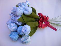 Bouquet contendo 24 flores artesanais, confeccionadas em tecido enchimento de manta acrílica e perfume a escolher. R$30,00