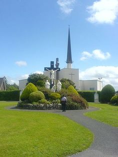 El Santuario de Knock es un importante lugar de peregrinación católica en el pueblo de Knock, dentro del Condado de Mayo, en Irlanda, donde se afirma que se produjo una aparición de la Santísima Virgen María, San José, San Juan Evangelista y de Jesucristo (como el Cordero de Dios) en 1879.