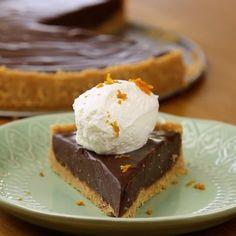 Σε ένα μπλεντεράκι τρίβουμε τα μπισκότα μαζί με τη ζάχαρη.Τα μεταφέρουμε σε ένα μπωλ, προσθέτουμε το βούτυρο, το ξύσμα του πορτοκαλιού, λίγο αλάτι και ανακατεύουμε.Στρώνουμε καλά το μείγμα σε μια βουτ... Chocolate Sweets, Desserts, Food, Tailgate Desserts, Deserts, Essen, Postres, Meals, Dessert