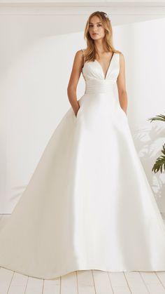 54aa46da28060 Cea mai feminină măreție a inspirat această rochie de mireasă minunată cu o  siluetă prințesă.