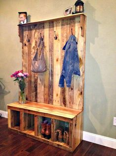 DIY Your Own Pallet Hall Tree or Pallet Wood Entryway Bench #buildplayhouseeasy