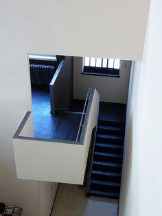 Maison La Roche by Le Corbusier and Pierre Jeanneret.  //// Point saillant : peinture (blanc avec dessus gris)