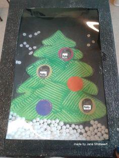 Nieuwjaarsbrief die ik maakte met de kls. - kerstboom: 'kammen' met ribbelkarton - kleeffiguurtjes als kerstballen (foto van het kindje in enkele kerstballen) - confetti kleven als sneeuw - piepschuimballetjes als sneeuw - transparant in het doosje gekleefd - doosje schilderen met een verfrol (achterkant van de Nieuwjaarsbrief, zie andere foto)