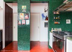 A cozinha desse apê é toda revestida com pastilhas verde bandeira.