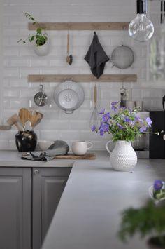 Vi har fått nya bänkskivor i köket, men utan att behöva byta de! När vi flyttade till vårt hus så gjorde vi om köket, vi gjorde även en hel del andra renoveringar samtidigt och just då prioriterade vi inte en finare bänkskiva till köket (det är ju väldigt dyrt). Vi satte in en laminatskiva som såg ut lite som sten. Jag tycker att laminat är väldigt bra eftersom den är otroligt tålig men man kan inte komma ifrån att det känns lite trist med plast. Vi har varit sugna på att byta bänkskivorna…