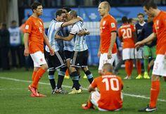 Holanda - Argentina: Los jugadores argentinos Ezequiel Garay, Javier Mascherano y Lucas Biglia festejan su triunfo mientras los holandeses muestran su decepción.