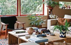 A cadeira Diz, de Sergio Rodrigues, tem lugar de destaque junto às janelas.