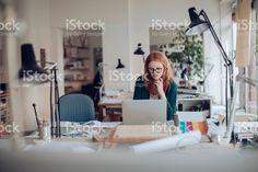 Mujer joven trabajando en un proyecto foto de stock libre de derechos