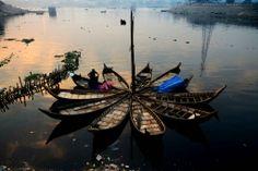 Le 3 janvier à Dacca, un batelier range son lit au lever du jour.
