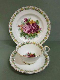 Šálek na čaj trio *bílý porcelán s malovanými růžemi a zdobeným okrajem.