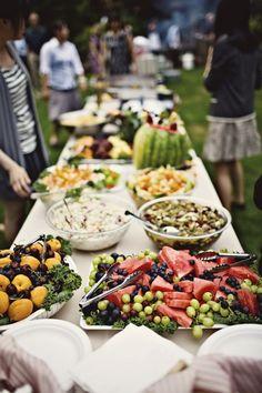 Ein tolles, buntes Buffet für Deine Sommerparty. Frische Obst-, Gemüse- und Salatvariationen schön angerichtet auf einer langen Tafel. Schlicht und entspannt.