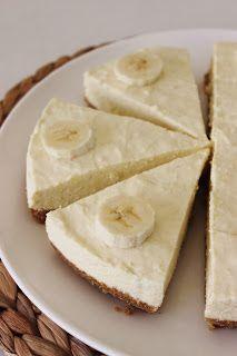 Kwarktaart met banaan  200 g volkorenbiscuits 175 g boter, gesmolten 10 blaadjes gelatine 200 g gepelde bananen, fijngeprakt + 1 extra banaan voor de garnering ¾ dl sinaasappelsap 300 g verse roomkaas 110 g fijne kristalsuiker 3 eidooiers 2 ½ dl slagroom