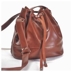 Bolsa feita em tecido sintético tipo couro Leather Backpack, Bucket Bag, Backpacks, Fashion, Mermaid Purse, Silver Clutch, Tan Purse, Small Birds, Brown Satchel