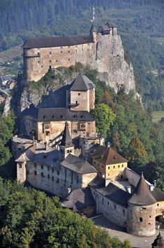The century Orava Castle, situated on a high rock above Orava river in the village of Oravský Podzámok in northern Slovakia Bratislava, Beautiful Castles, Beautiful Buildings, Beautiful Places, Chateau Medieval, Medieval Castle, Medieval Fortress, Castle Ruins, Castle House