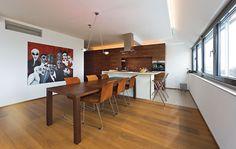 Boden Eiche honig mit weißen Wänden und dunklem Holztisch an Kochinsel weiß