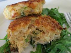 Saucy Mama's Oscar-Worthy Sassy Salmon Cakes (SouthBeach friendly) from Mindy Kobrin / Mindy's Meals on Heals. Salmon Recipes, Fish Recipes, Seafood Recipes, Cooking Recipes, What's Cooking, Restaurant Recipes, Copycat Recipes, Cake Recipes, Recipies