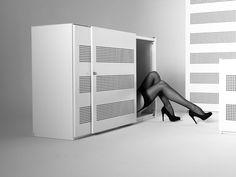 La fille est-elle livrée avec le meuble ? Le sexe fait vendre, même des meubles de bureau.