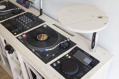 Zoom sur le plateau de notre premier meuble pour DJ et professionnels de la musique : le B.Calling. Nous travaillons pour que vos platines s'encastrent parfaitement #design #DJ #musique #bois #vinyle #platine #Maxye #PunkParadise #passion #Estis #madeinEstis #personnalisable
